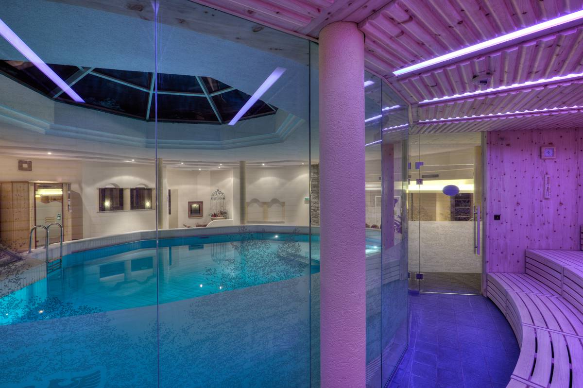 Indoor-Pool mit Sauna im Wellnesshotel Tyrol